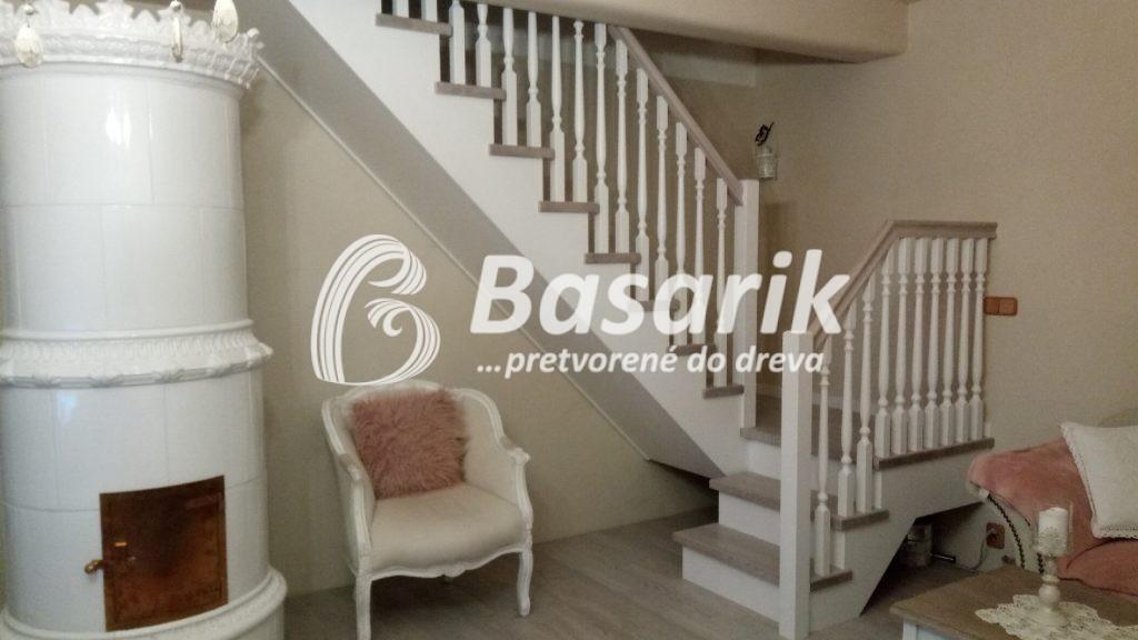 drevené schody v provensálskom štýle