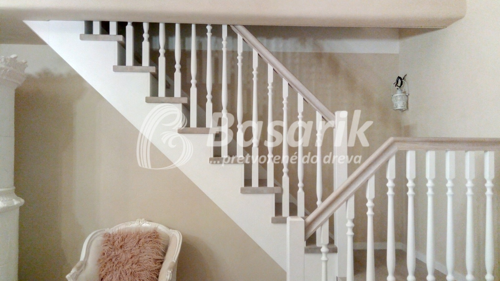 biele vintage schody